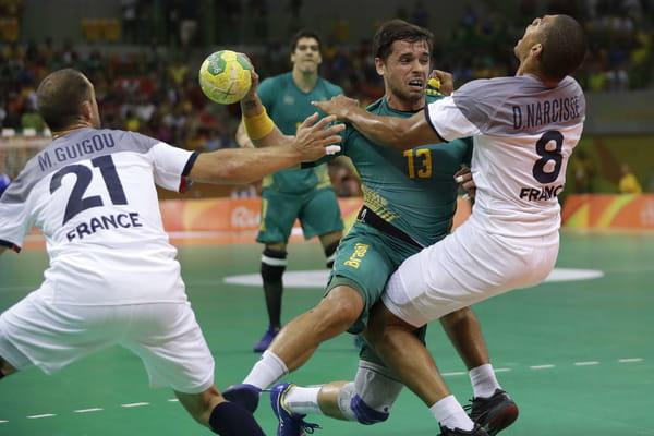 Le Brésil donne le coup d'envoi de la deuxième mi-temps - France - Brésil en direct (handball) ©Matthias Schrader/AP/SIPA