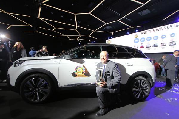 Le directeur général de Peugeot pose avec le trophée - Voiture de l'année ©G.Bardou/Linternaute.com
