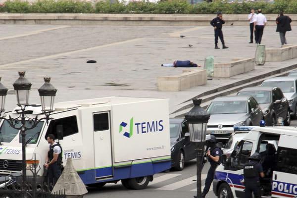 Une photo de l'agresseur au sol dévoilée - Notre-Dame de Paris ©L'image originale - David Metreau/AP/SIPA
