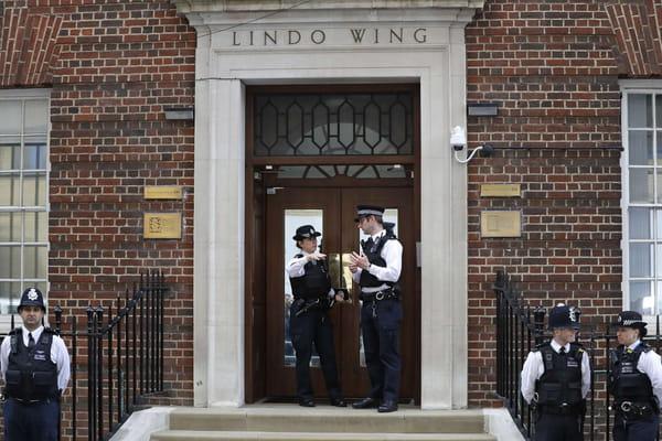 Le prince William vient de sortir de la clinique - Kate va donner naissance à son troisième bébé ©