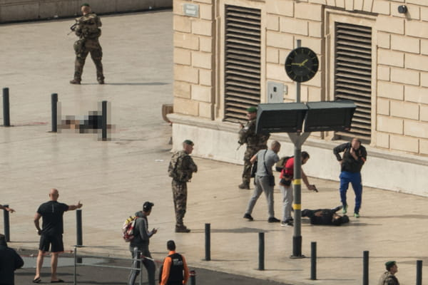 Des photos choc de l'attentat de Marseille diffusées par l'AFP - Attentat Marseille ©PAUL-LOUIS LEGER / AFP