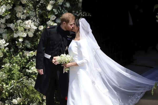 Le baiser des mariés sur le perron de la chapelle - Mariage prince Harry Meghan Markle ©